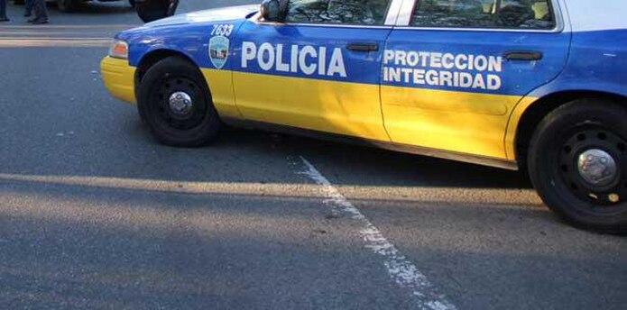 Una patrulla inició una persecución y la mujer impactó el encargado de la compañía de grúas realiza las labores y prosiguió la marcha hasta salir por la marginal del Norte Shopping Center en Santurce, donde fue detenida por policías de la Unidad Motorizada. (Archivo)