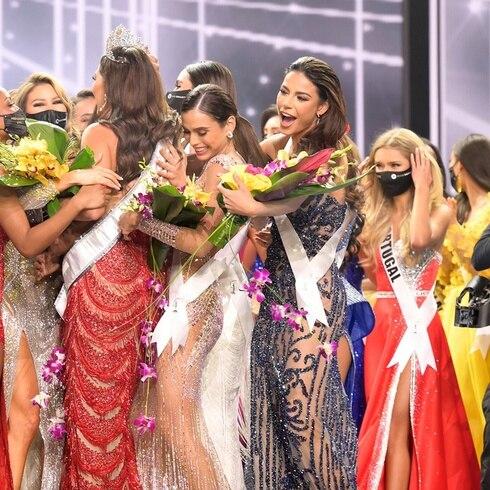 Se aglomeran en abrazo colectivo al final de Miss Universe