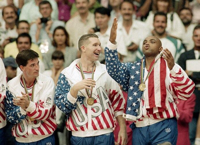 John Stockton, Chris Mullin y Charles Barkley durante la premiación por la medalla de oro en Barcelona 1992. La inclusión de jugadores de la NBA en Olimpiadas ocurrió mientras Borislav Stankovic fue secretario general de FIBA.