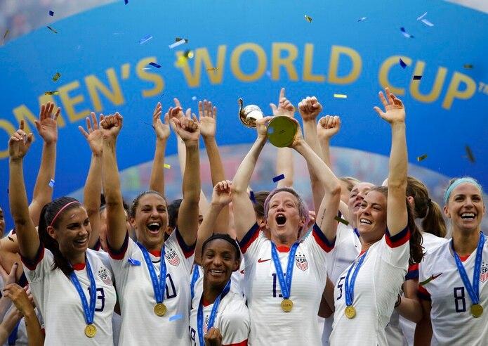 En esta foto de archivo del 7 de julio de 2019, Megan Rapinoe, de la selección de Estados Unidos, levanta el trofeo tras coronarse en el Mundial, con un triunfo sobre Holanda en Lyon, Francia.