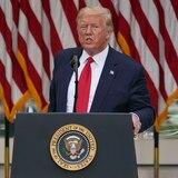 Trump amenaza con más regulación tras etiqueta de Twitter
