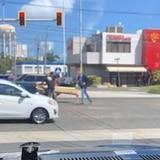 Captan a exgobernador ayudando a ciudadanos en plena calle