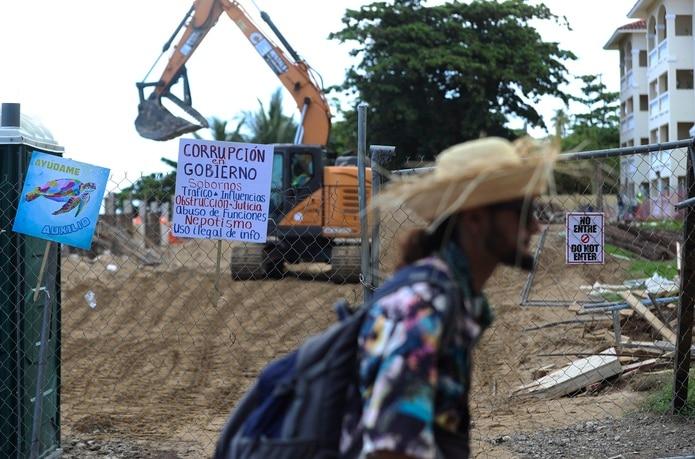 Manifestante camina por la zona de la construcción.