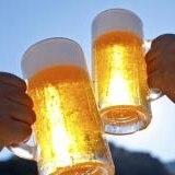 Regalan cerveza a jóvenes a cambio de vacunarse en Bolivia