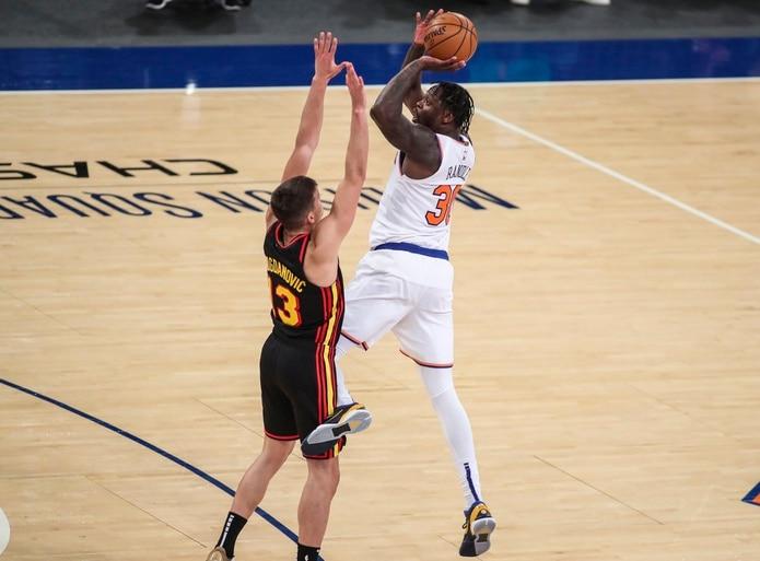 El delantero de los Knicks de Nueva York, Julius Randle (30) se levanta para tirar a distancia en el partido del miércoles ante Atlanta.