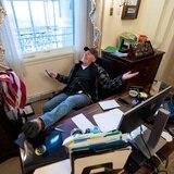 Detienen y acusan al hombre que se sentó en el escritorio de Pelosi en el asalto al Congreso