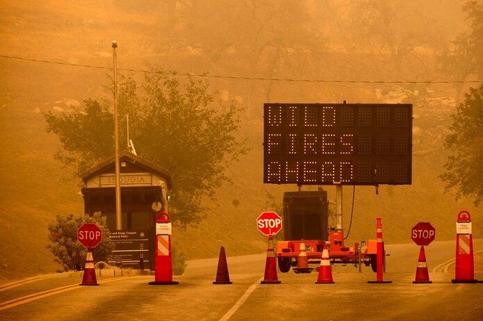 Los fuegos están entre los últimos de un largo verano en el que las llamas han arrasado más de 3,500 millas cuadradas de terreno en California, destruyendo cientos de viviendas.
