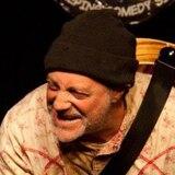 Comediante muere en pleno escenario durante monólogo