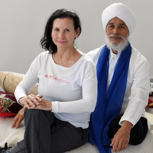 El yoga para mejorar el bienestar en personas de la tercera edad
