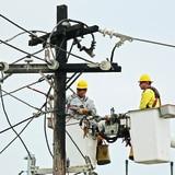 Abonados sin energía disminuyen a 75,000 ante el paso de Laura
