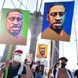 Supremacistas blancos hacen pintadas en un busto de George Floyd en Brooklyn
