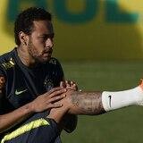 Neymar abrevia práctica con la selección de Brasil