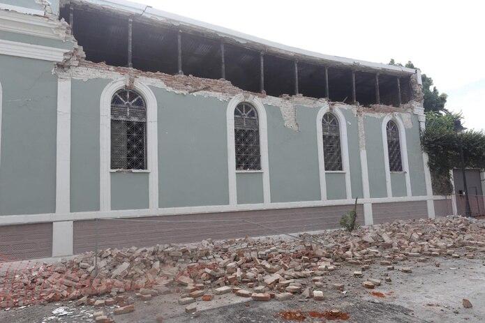 Estructura en Ponce con daños por el sismo de magnitud 5.4.