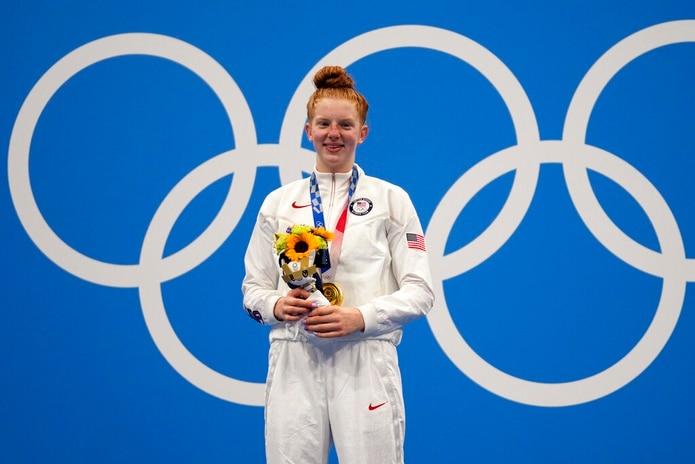 La joven Lydia Jacoby posa con su medalla olímpica de oro en Tokio, Japón, el 27 de julio de 2021.