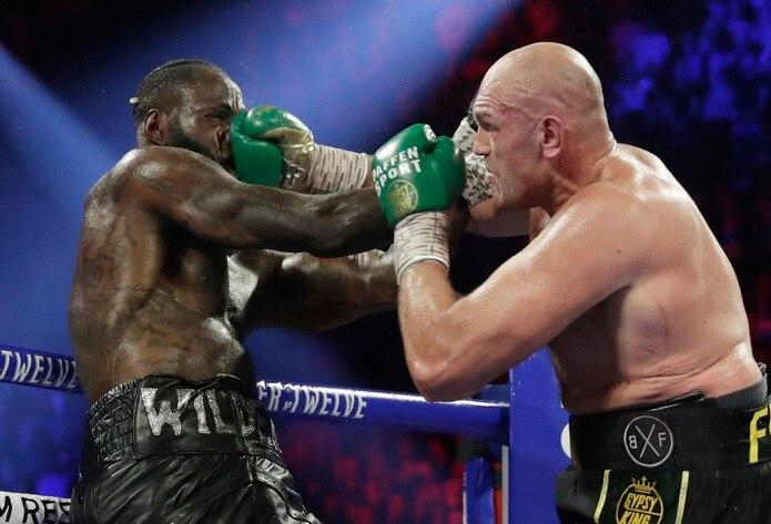 Tyson Fury (derecha) se apoderó del cinturón del Consejo Mundial de Boxeo cuando venció Deontay Wilder el pasado febrero.