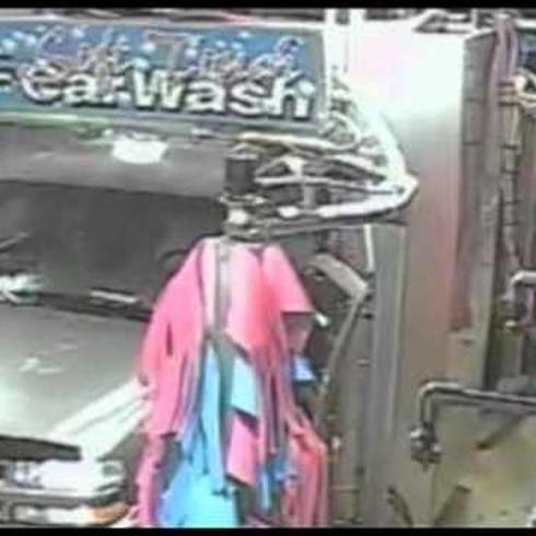 """Hombre abre puerta del carro en plena acción del """"car wash"""""""