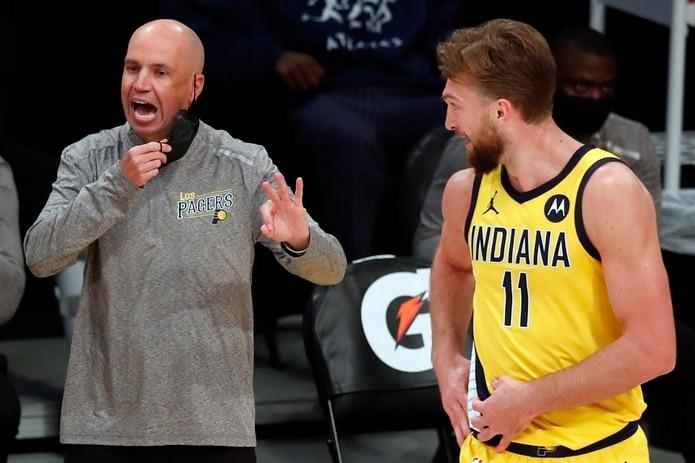 En la imagen, el saliente entrenador de los Pacers de Indiana, Nate Bjorkgren,  junto a Domantas Sabonis.