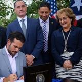 Rosselló firma la reforma contributiva