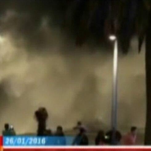 Impresionantes olas causan estragos en Chile