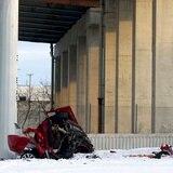 Dos muertos tras carro caer 50 pies desde autopista en Chicago