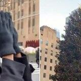 Zozibini Tunzi se conmueve al ver el árbol del Rockefeller Center por primera vez