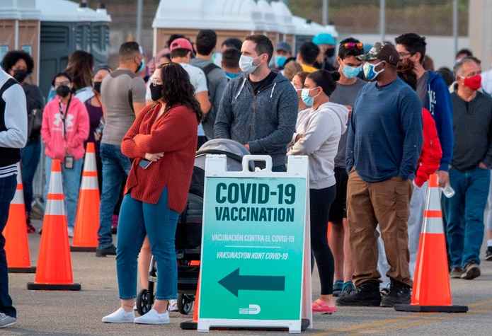 Más de 168 millones de estadounidenses, un tercio de la población del país, han recibido al menos una dosis de la vacuna contra el coronavirus, de acuerdo a los CDC.