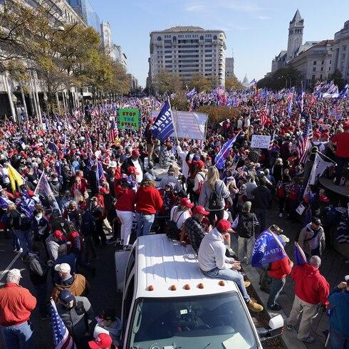 Miles se reúnen en las calles de Washington D.C. para ver a Donald Trump