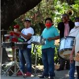 Músicos tocan en las calles para sobrevivir en Bolivia
