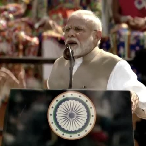 Trump inicia visita a India recibido por 100 mil personas en el mayor estadio de críquet del mundo