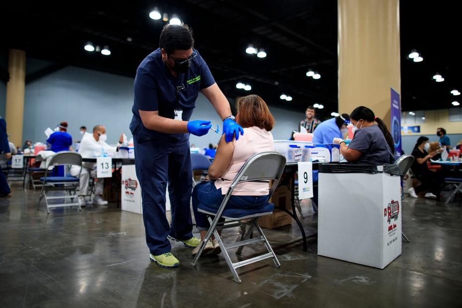 """""""Super VacuTour COVID-19"""" en el Centro de Convenciones. En la foto, el secretario del Departamento de Salud, Carlos Mellado."""