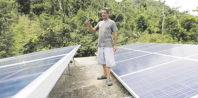 Carmelo Burgos recuerda lo duro que fueron los ocho meses que estuvo sin el servicio de energía. Hoy agradece la iniciativa de contar con una fuente solar de electricidad. (teresa.canino@gfrmedia.com)