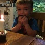Dito, este nene no puede soplar su vela de cumpleaños