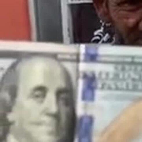 Yandel le regala $100 a persona que pedía dinero