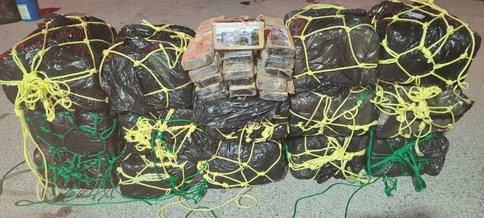 La droga ocupada consta de15 fardos con 30 bloques de cocaína cada uno para un total de 450 bloque.