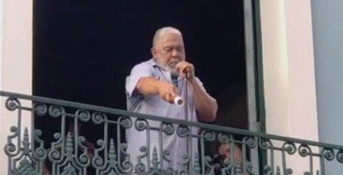 Danny Rivera le canta al pueblo en la calle Fortaleza este domingo. (Archivo)