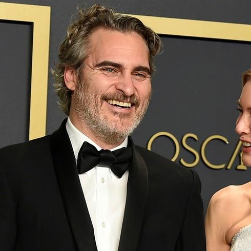 """Coronan"" a Renée Zellweger y Joaquin Phoenix en los Oscar"