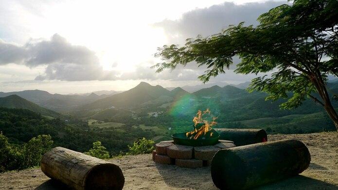 Apreciar el atardecer, con vista hacia el sur de la Isla desde la parte más alta de la finca, es uno de los placeres que ofrece el lugar.