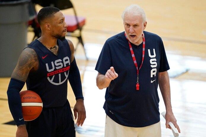 El entrenador de la selección olímpica de básquetbol, Gregg Popovich, a la derecha, conversa con Damian Lillard durante una práctica del equipo en Las Vegas, el martes 6 de julio de 2021. (AP Foto/John Locher)